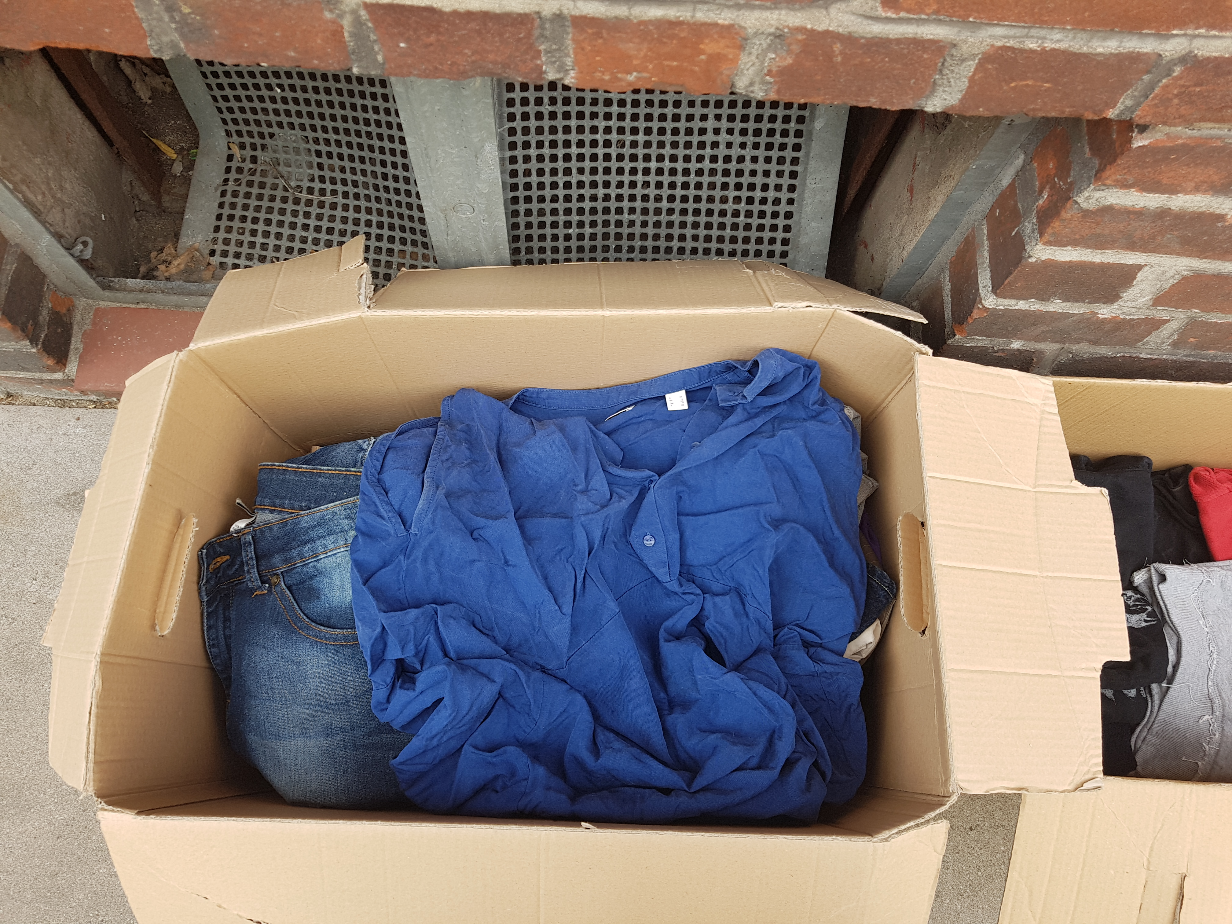 Box mit Kleidern