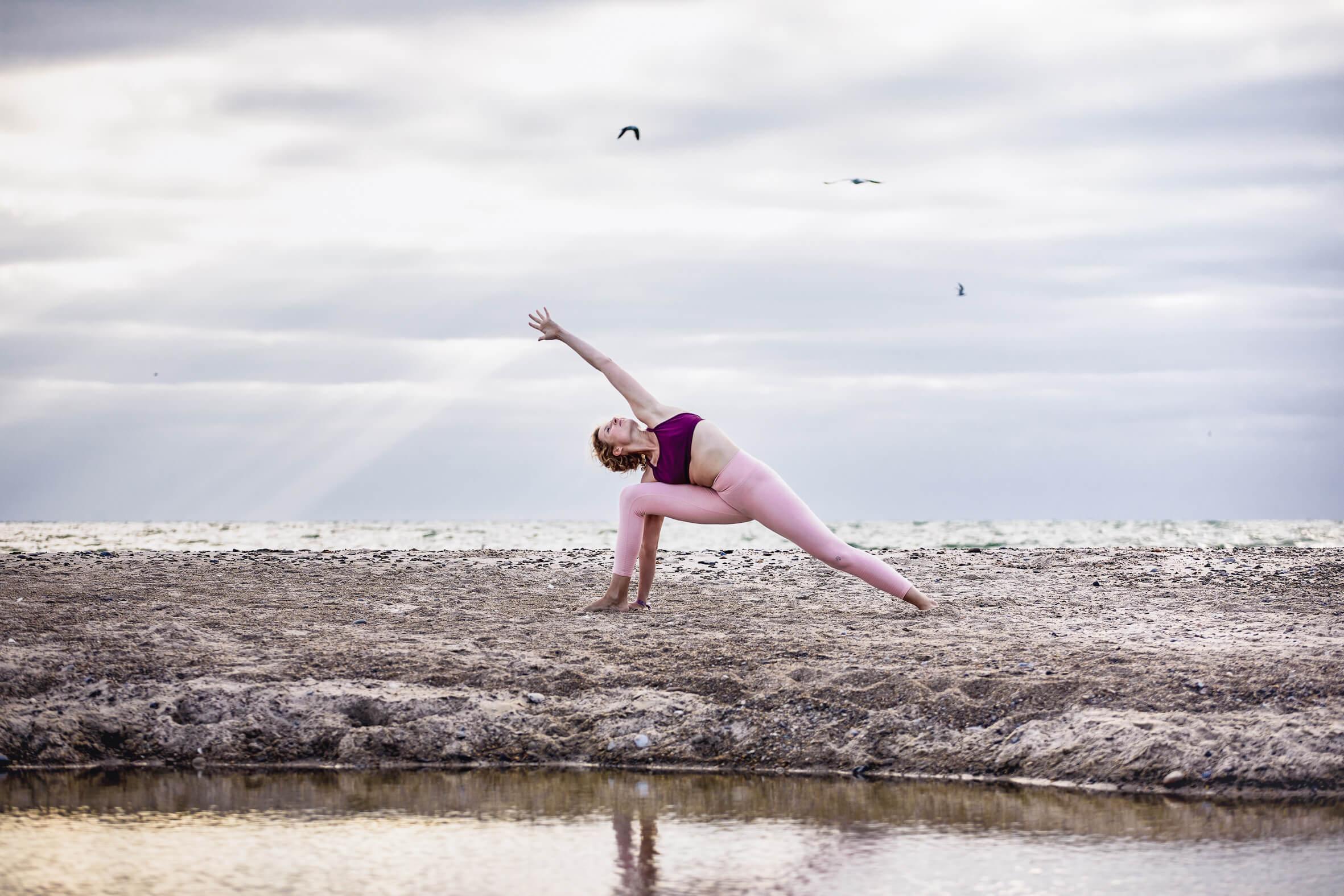 Sandra Mühmel-yoga-meditation-yogateacher-traveling-beach-Utthita Pārśvakoṇāsana